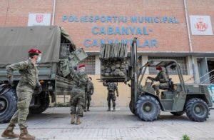 Испанские военнослужащие грузят медицинское имущество